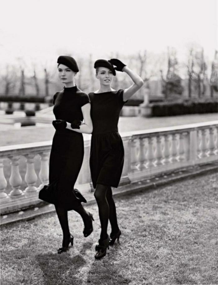 zwei-Modelle-schwarze-Kleidung-französische-Mützen-Ralph-Lauren-Kollektion-traditionell-klassisch-retro-stilvoll-elegant