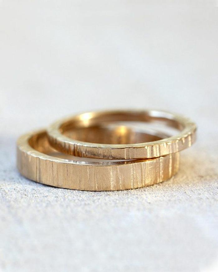 02-goldene-elegante-Eheringe-Paar-schlichtes-Modell