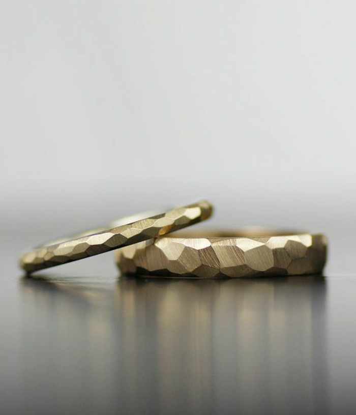 03-stilvolle-goldene-Eheringe-Paar-elegantes-Design