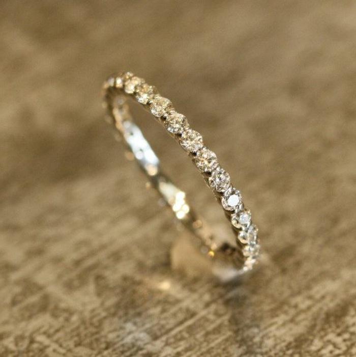 09-goldener-Ehering-Frau-weibliches-Modell-cartier-Diamanten