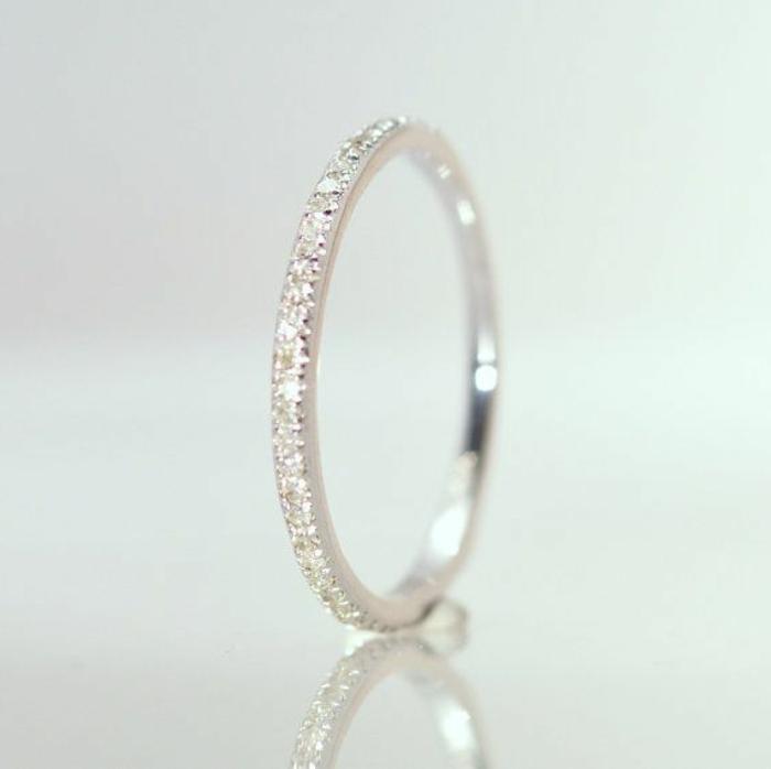 29-weibliches-Modell-Ehering-Diamanten-elegant-stilvoll
