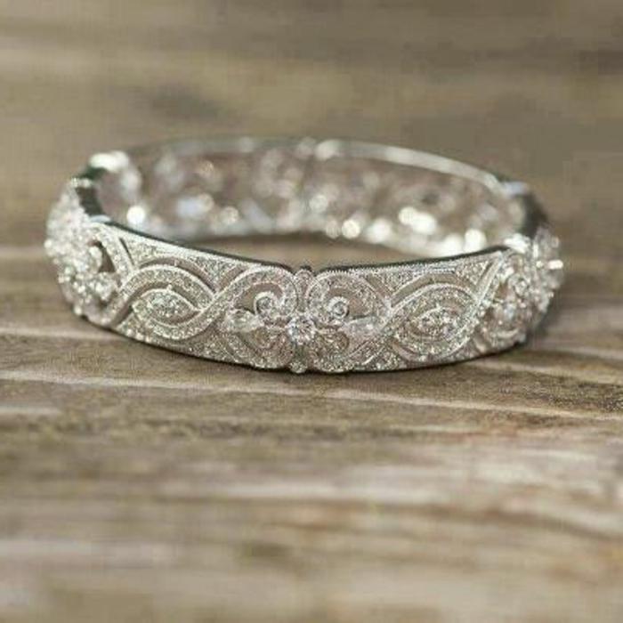 45-weibliches-Modell-Ehering-reiche-Dekoration-Diamanten