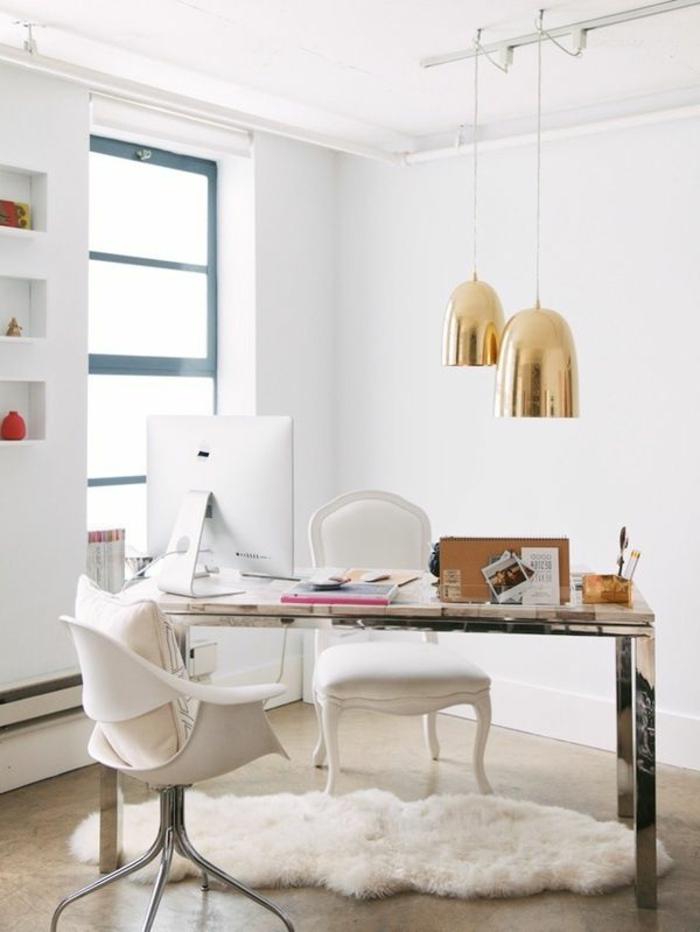 Arbeitszimmer-schönes-Interieur-goldene-Leuchten-weißer-Teppich-Pelz