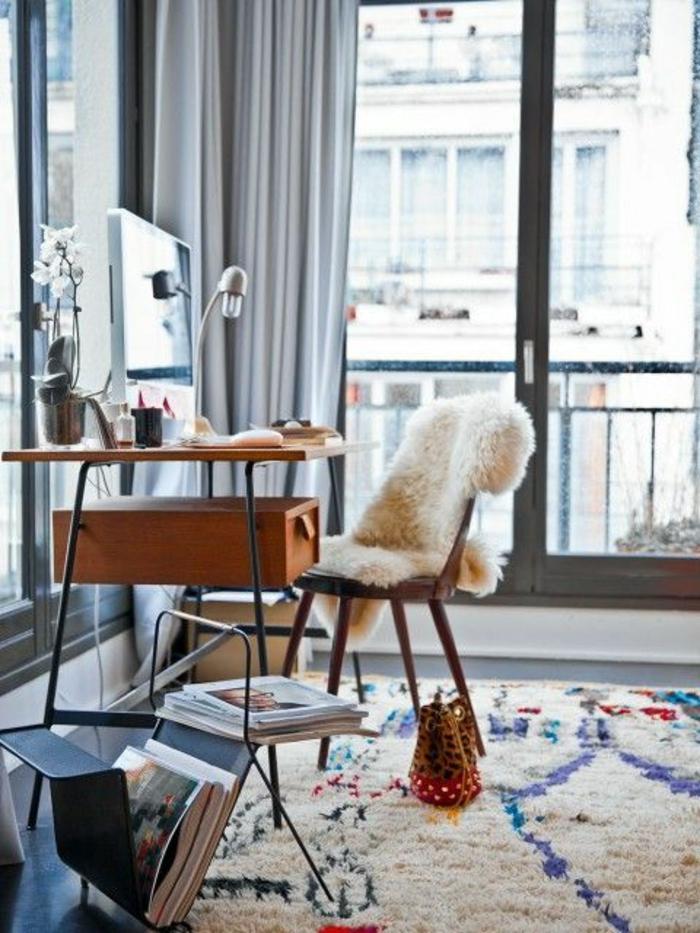 Arbeitszimmer-vintage-Schreibtisch-Leselampe-flaumiger-bunter-Teppich