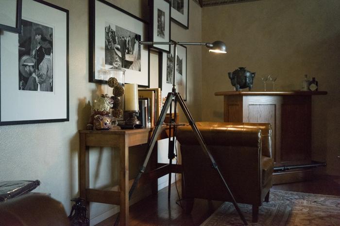 Atelier-artistisches-Interieur-Leder-Sessel-schwarz-weiße-Fotos-led-leselampe
