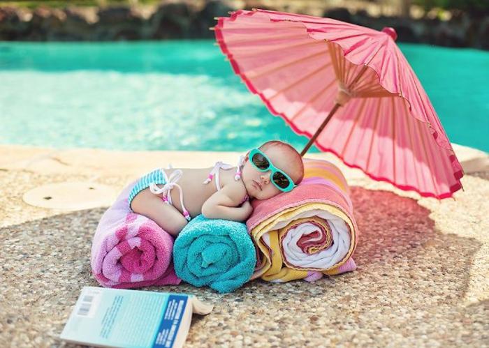 Baby-am-Strand-Tücher-rosa-Kinderschirm