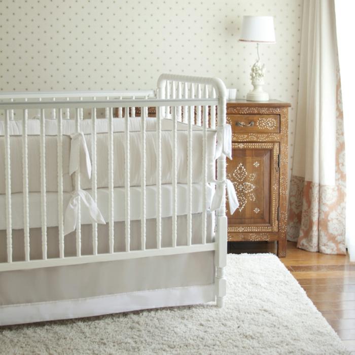 Babyzimmer-weiße-Möbel-flaumiger-Teppich-weiß-vintage-Kommode