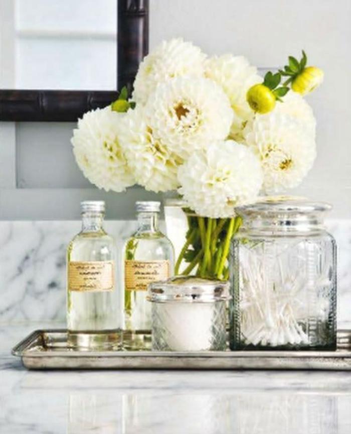 Badezimmer-Deko-Ideen-frische-weiße-Blumen