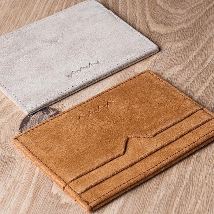 Berg-&-Berg-Geldtaschen-Pastellfarben-braun-beige-Nuancen-minimalistische-schlichte-Modelle-Herren-Mode-Accessoires