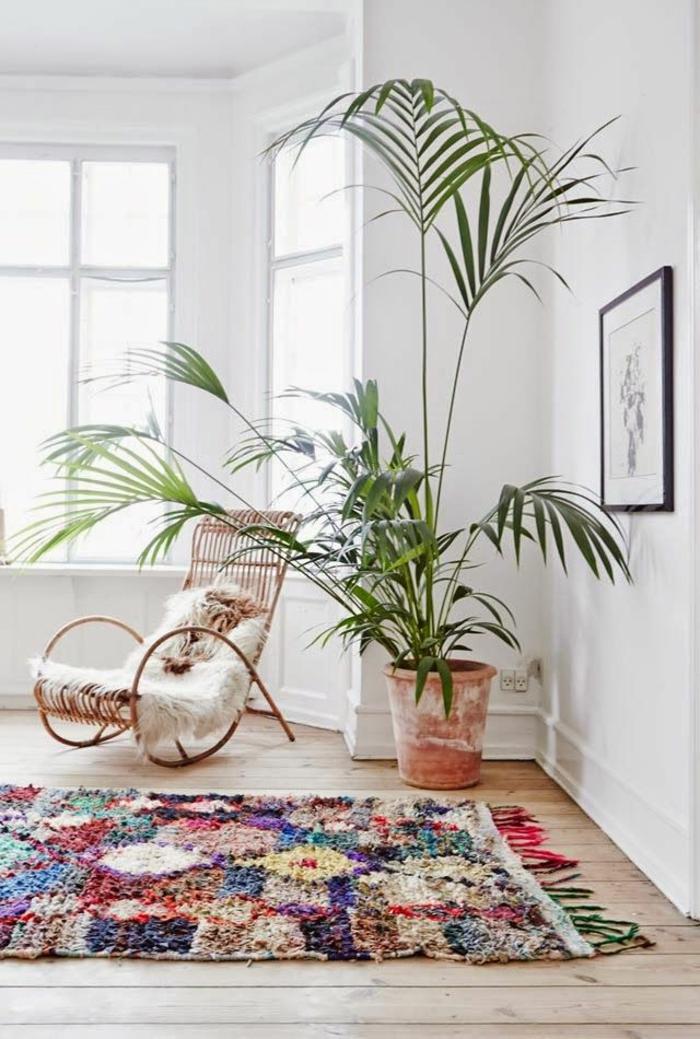 Boho-Einrichtung-Topfpflanze-Sessel-Pelz-flaumiger-bunter-Teppich
