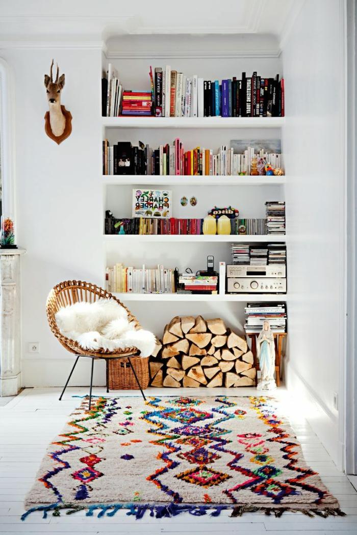 Boho-Zimmer-Interieur-rustikale-Wandgestaltung-Bücherregale-Rattan-Sessel-kleiner-bunter-Teppich