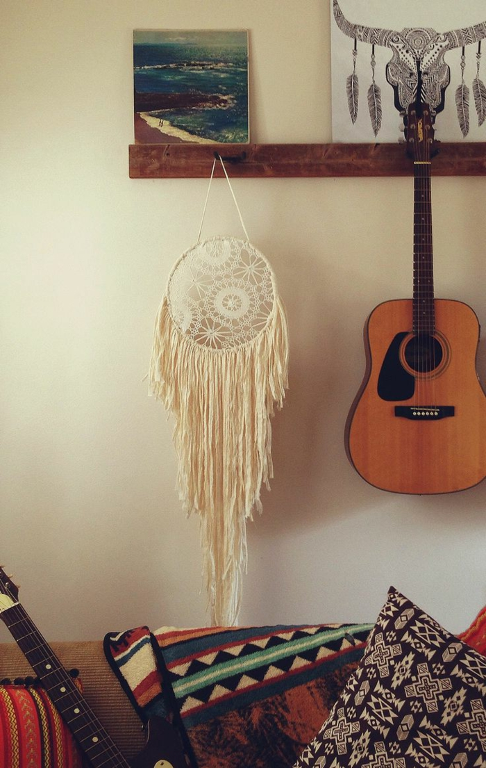 Boho-inspiriertes-Interieur-Wanddekoration-akustik-gitarre