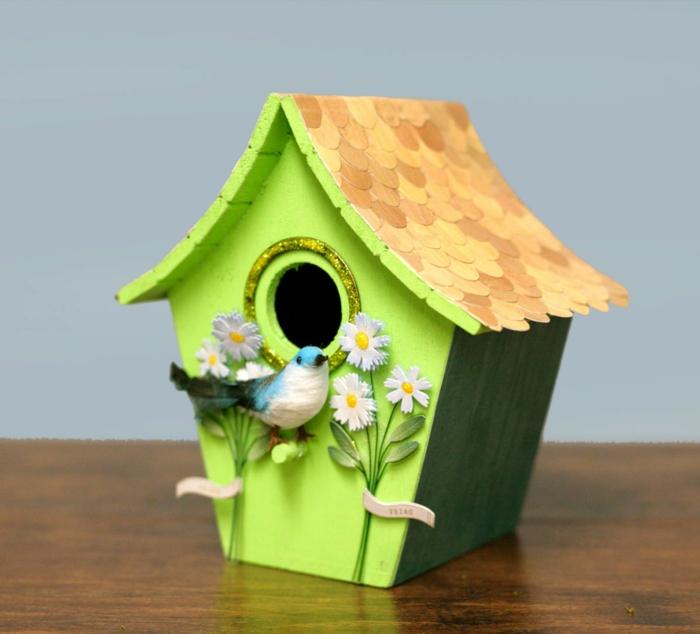 DIY-Idee-vogelhäuschen-grelle-Farbe-Gänseblumchen-Dekoration