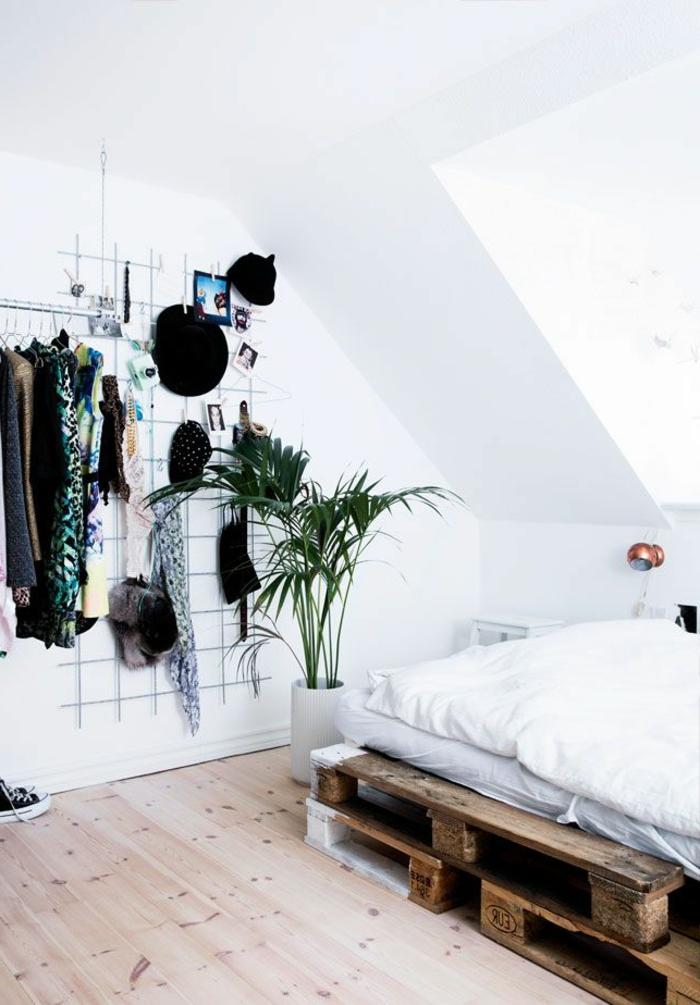 Dachwohnung-weiße-Wände-skandinavisches-Interieur-bett-aus-europaletten