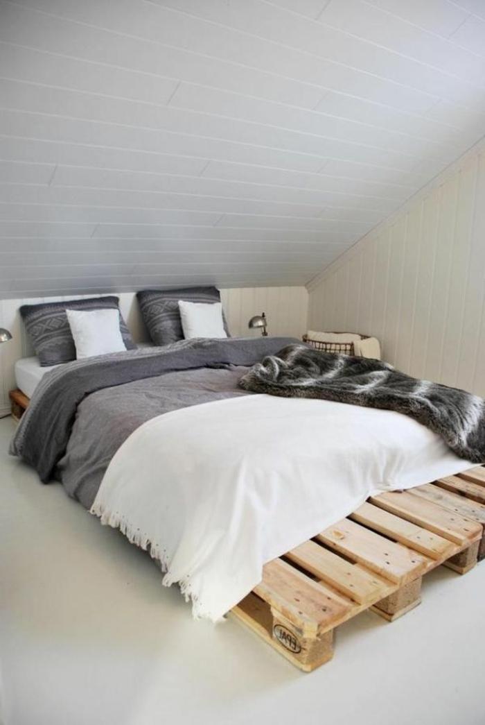 Dachzimmer-Dachschräge-graue-Bettwäsche-bett-aus-europaletten