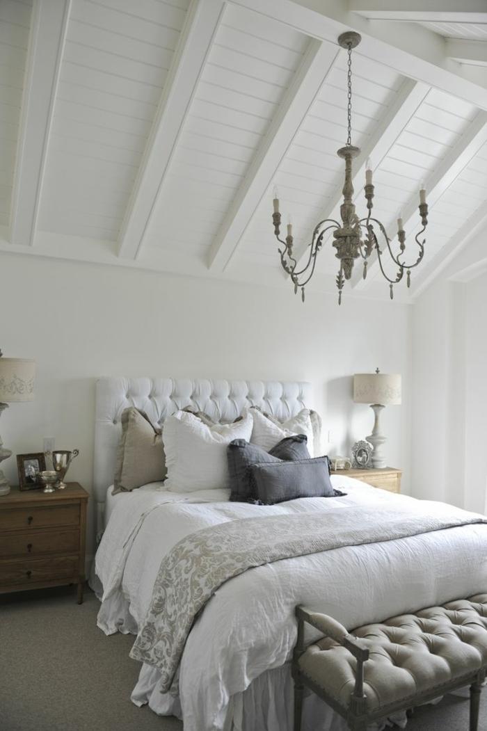 Dachzimmer-Schlafzimmer-King-Size-Bett-viele-Kissen