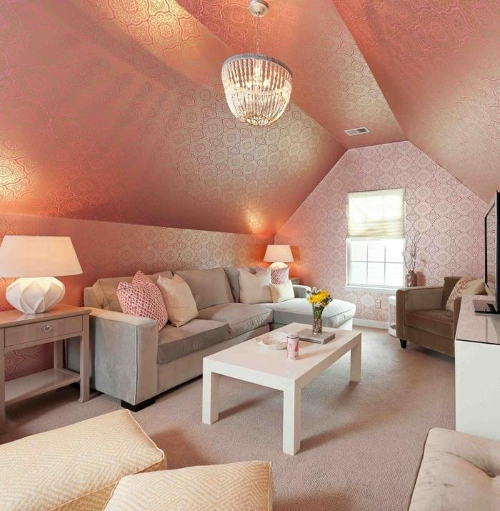 Dachzimmer-glänzende-vintage-Tapeten-Pastellfarbe-effeltvoller-Kronleuchter