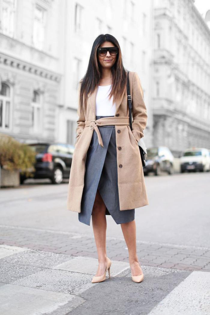 Damen-Mantel-Karamell-Farbe-grauer-Rock-Schuhe-mit-Absatz-eleganter-Look
