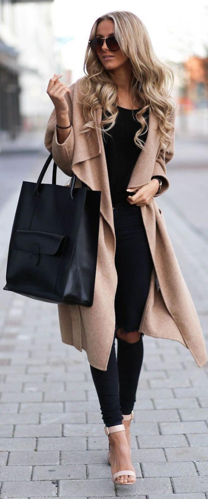 Damen-Mantel-Karamell-Farbe-zerrissene-schwarze-Hosen-Sandalen-extravagante-Vision