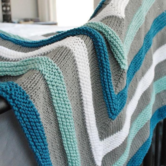 Decke-häkeln-blau-weiß-und-grau