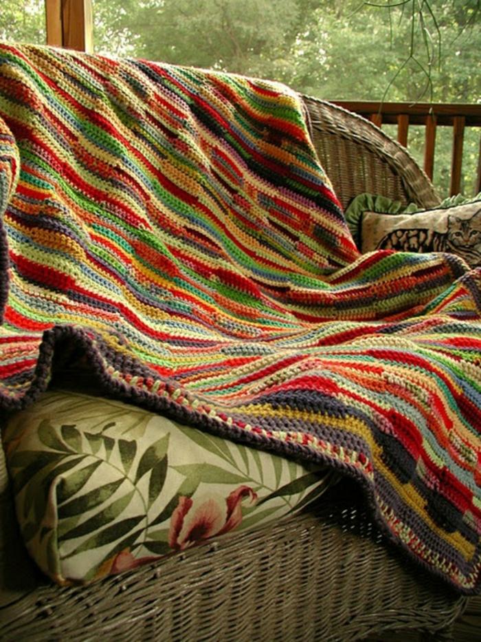 Decken-häkeln-bunt-polyrattan-möbel-auf-veranda-resized