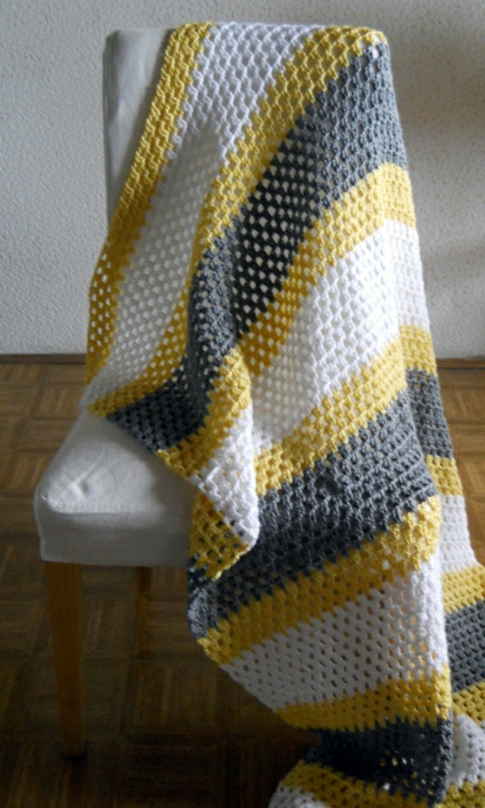 Decken-häkeln-drei-farben-auf-dem-stuhl-resized