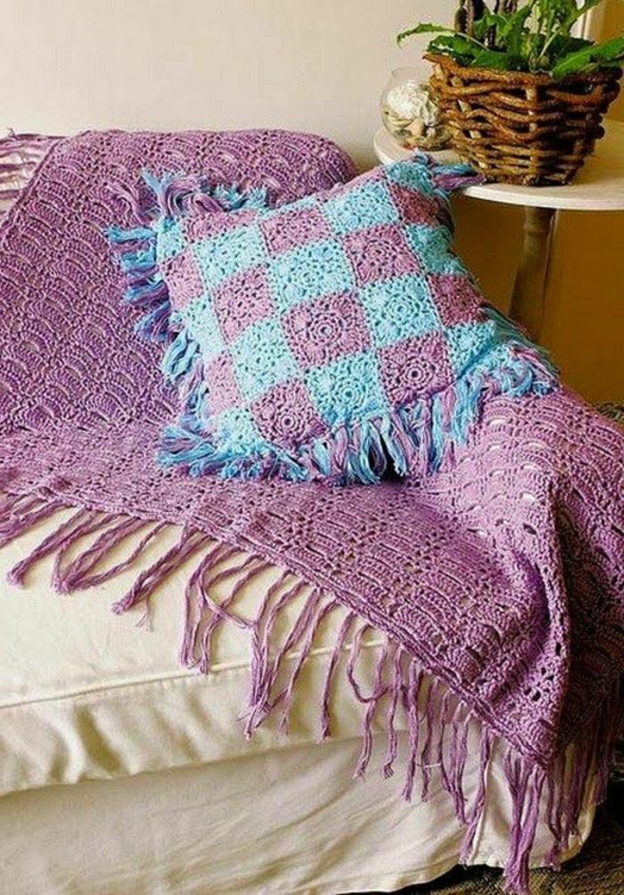 Decken-häkeln-in-lila-für-die-couch-resized