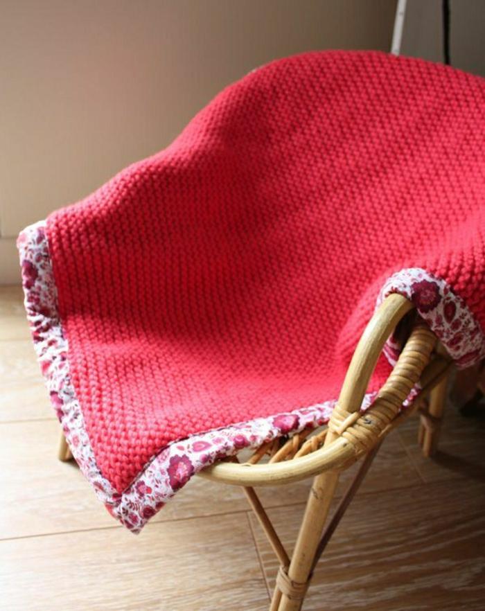 Decken-häkeln-rot-auf-dem-stuhl-resized