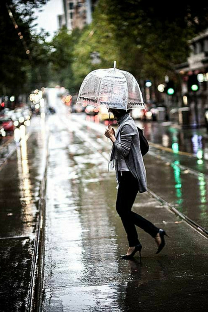 Durchsichtiger-Regenschirm-dame-auf-der-strasse