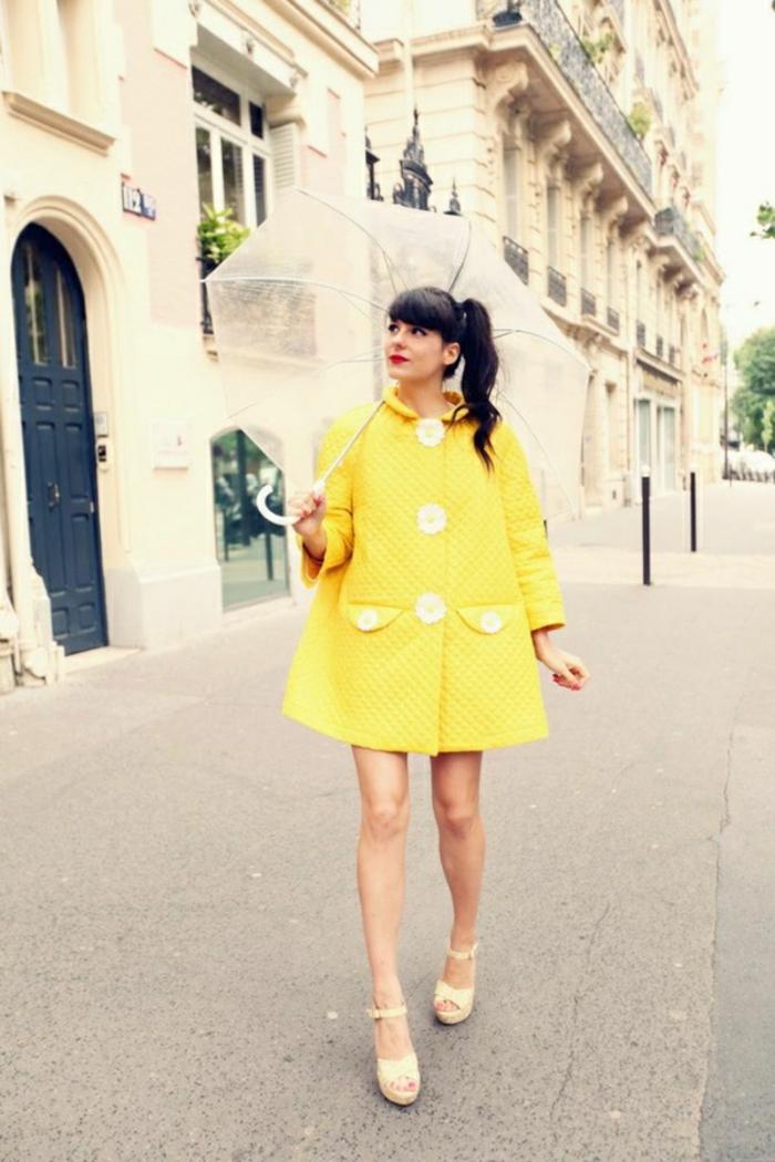 Durchsichtiger-Regenschirm-gelb-mantel