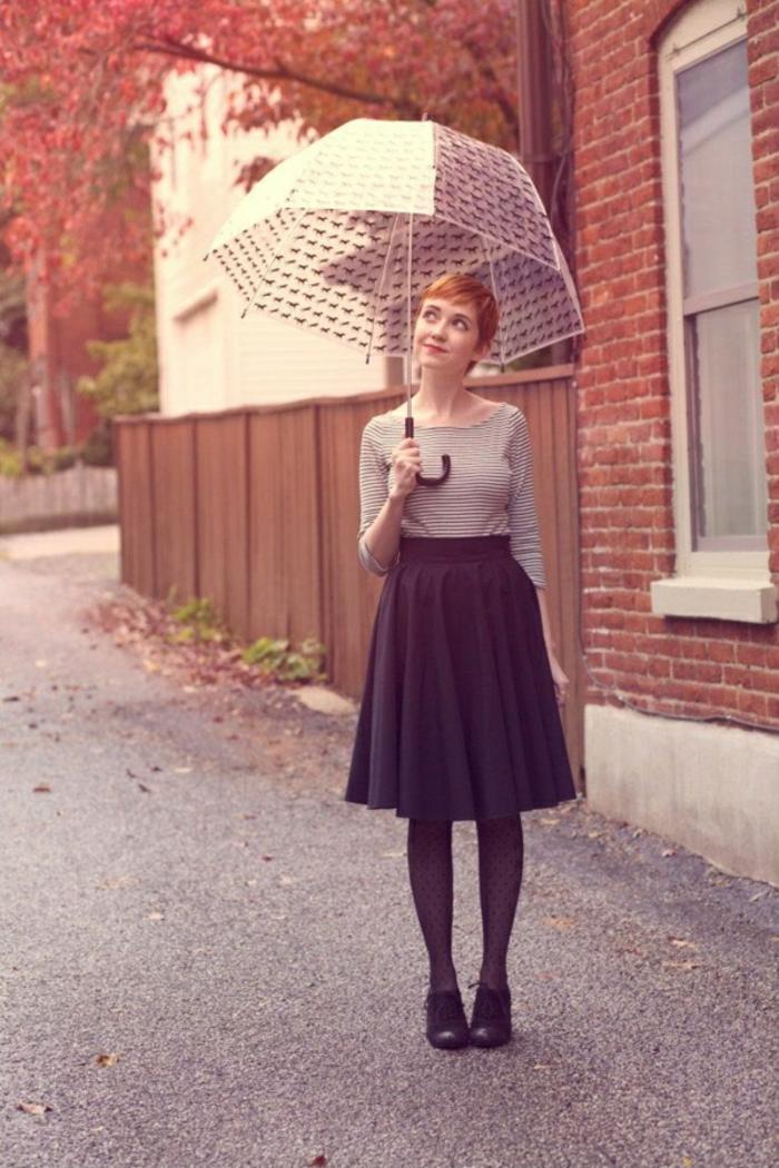 Durchsichtiger-Regenschirm-im-herbst-lang-rock