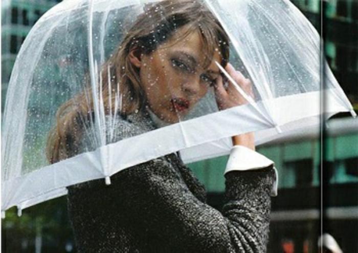 Durchsichtiger-Regenschirm-mit-weiß-kanten