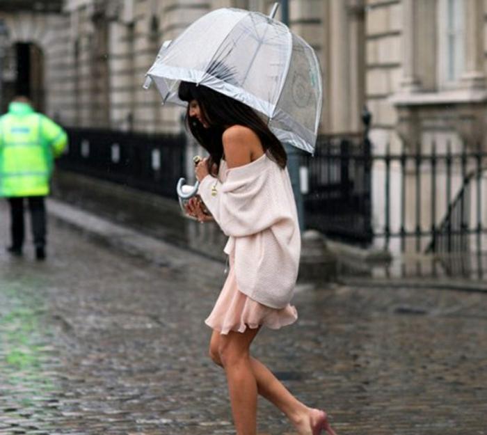 Durchsichtiger-Regenschirm--regen-dame-auf-der-strasse
