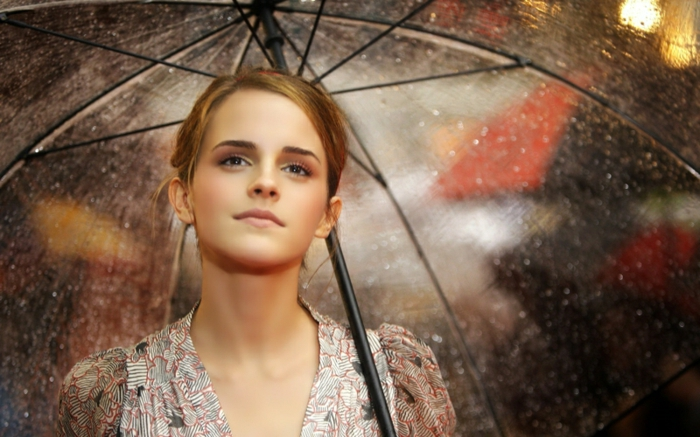 Durchsichtiger-Regenschirm-und-hübsches-mädchen