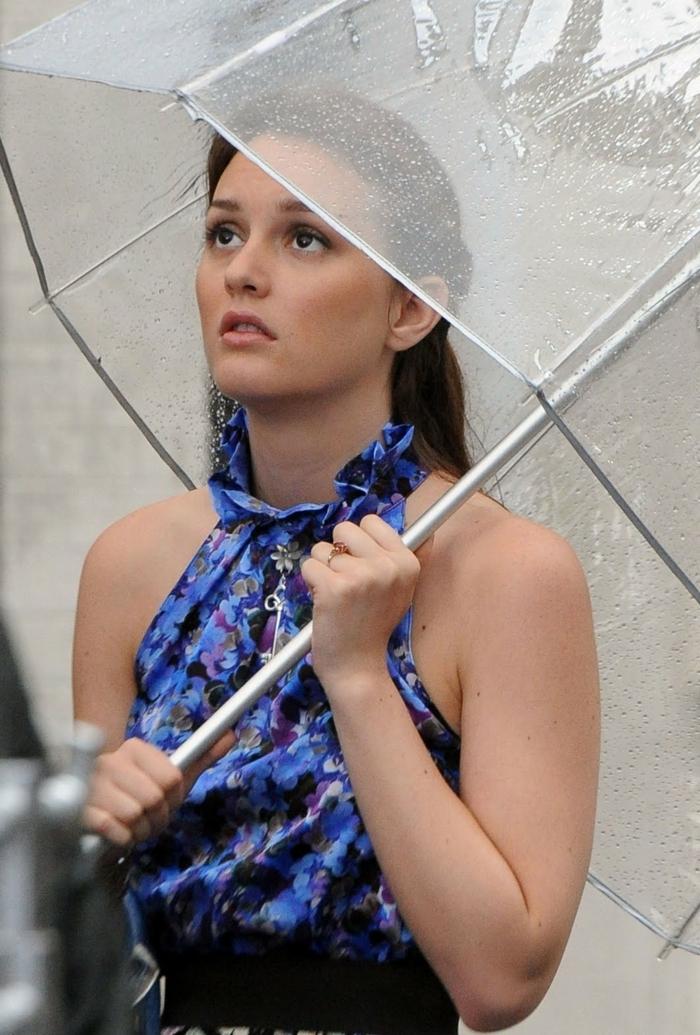 Durchsichtiger-Regenschirm-und-junge-frau