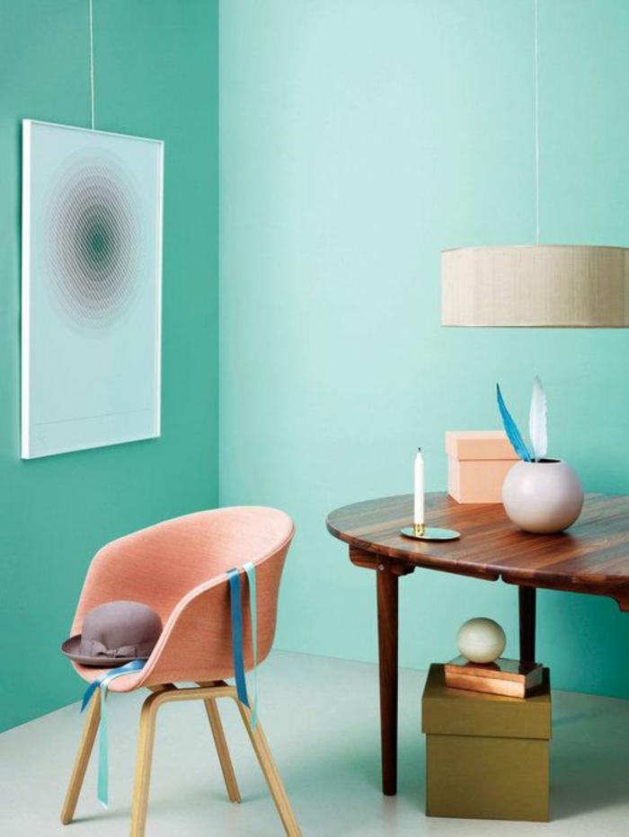 Esszimmer-kreatives-Interieur-Wände-Minze-Farbe-Loungesessel-Korallen.Farbe-Hut-hölzernes-Esstisch-klassisches-Design