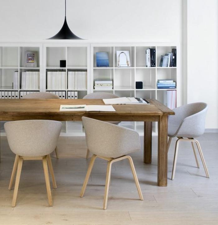 Esszimmer-minimalistische-Einrichtung-Bücherregale-schwarze-Designer-Leuchte-hölzerner-Esstisch-Sessel