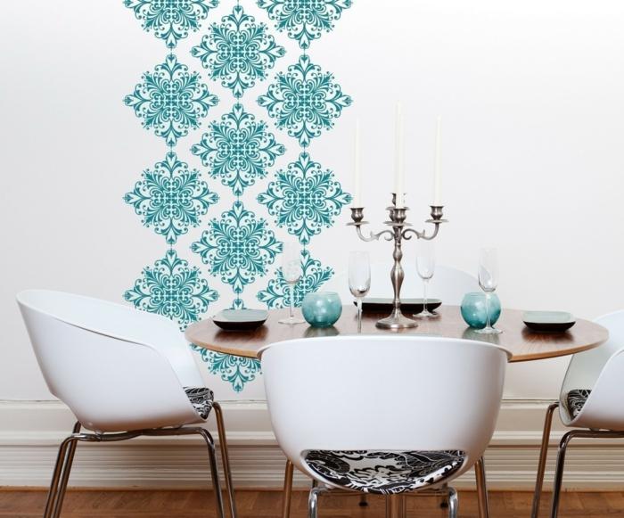 Esszimmer-vintage-Tapete-schöne-Ornamente-türkis-Farbe-Designer-Stühle