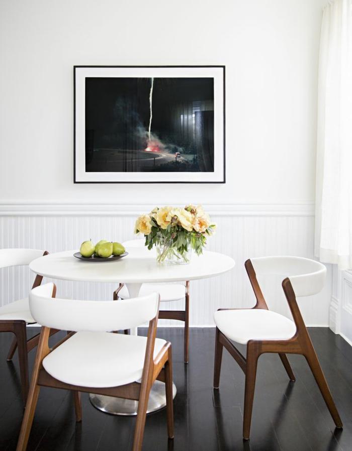 Esszimmer-weiße-Wände-runder-Tisch-Blumen-Birnen-Tischdekoration-Designer-Stühle-Sessel
