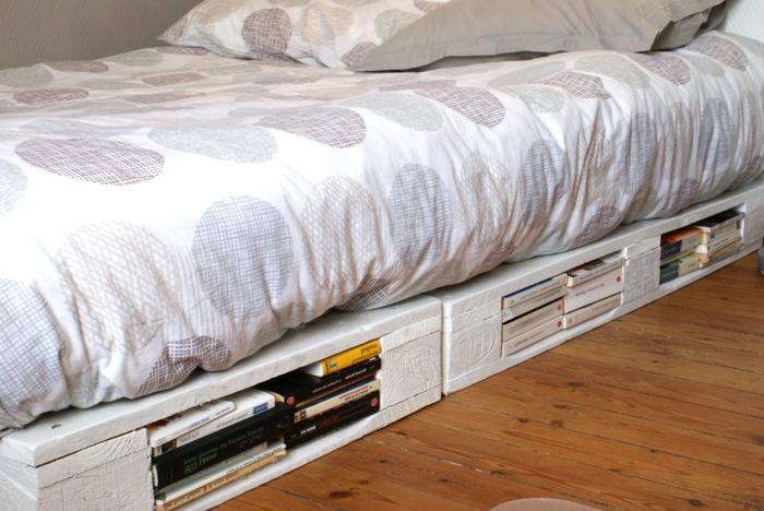 Europaletten-Bett-weiß-Bücher-Behalter-originelle-kreative-Idee
