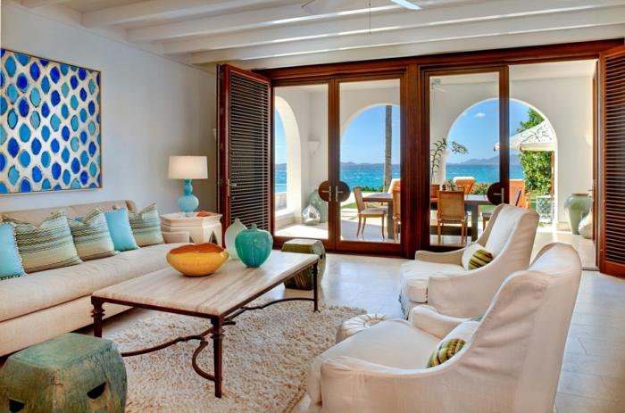 Ferienhaus-schöne-Aussischt-weiße-Möbel-flaumiger-weißer-Teppich