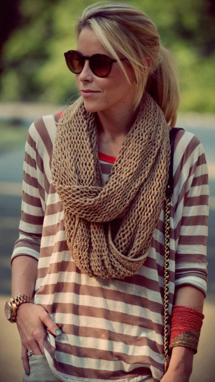 Frau-Bluse-Streifen-gestrcikter-brauner-loop-schal-Sonnenbrille