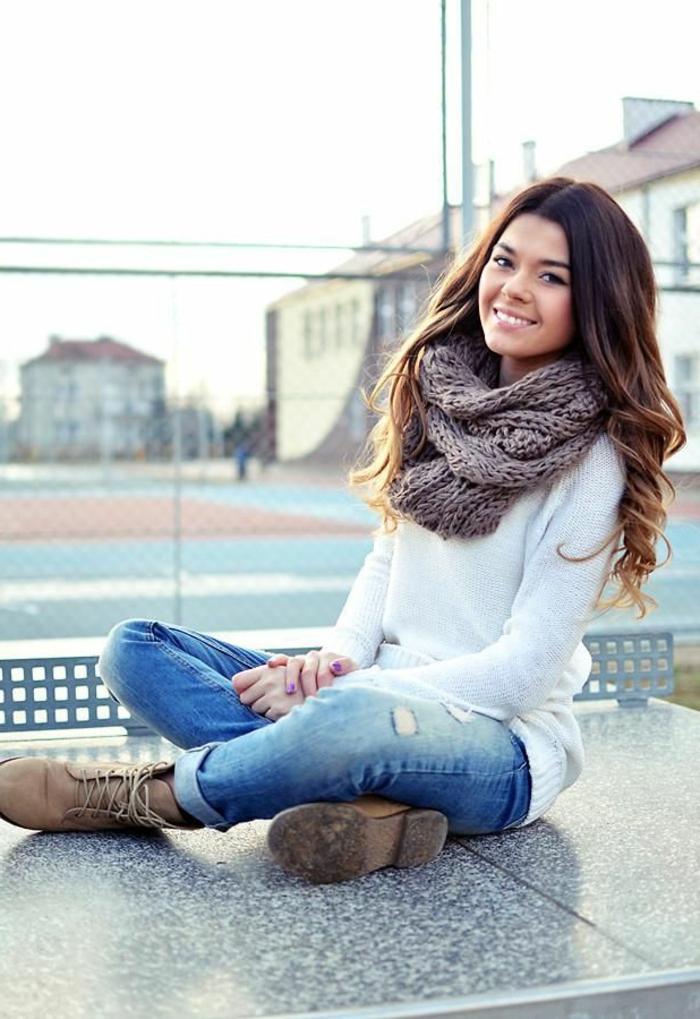 Frau-weißer-Pullover-Jeans-brauner-loop-schal