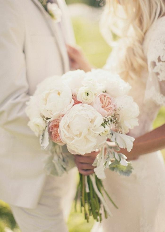 Hochzeit-Brautpaar-Brautstrauß-weiße-rosa-Pfingstrosen
