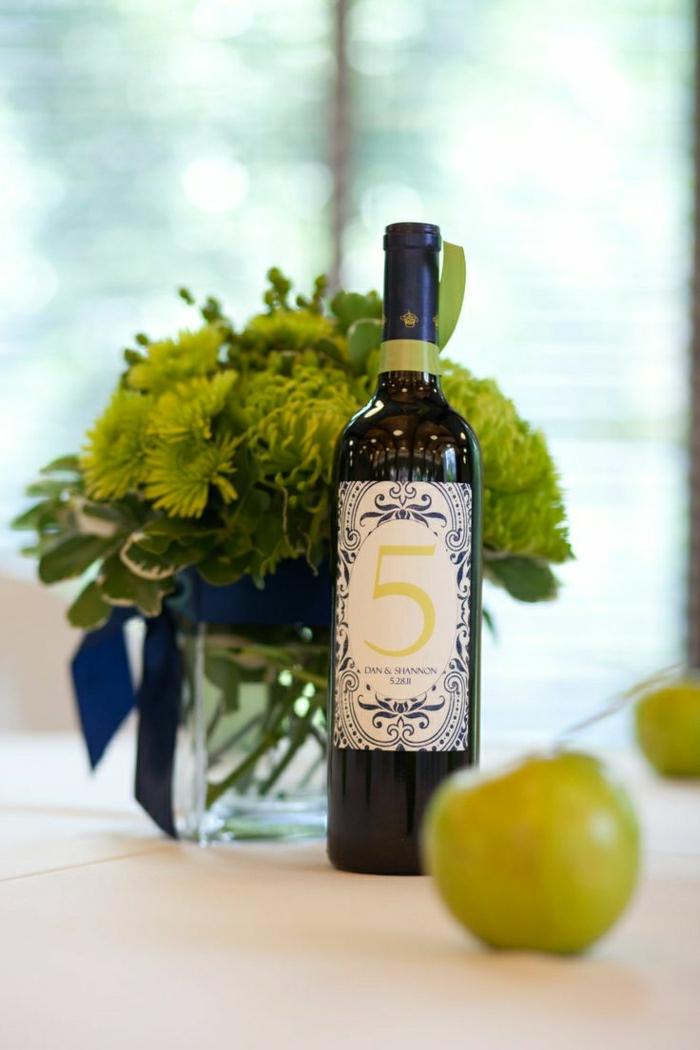 Hochzeit-Tischdekoration-Blumen-Weinflasche-Apfel-Weinetiketten-selbst-gestalten