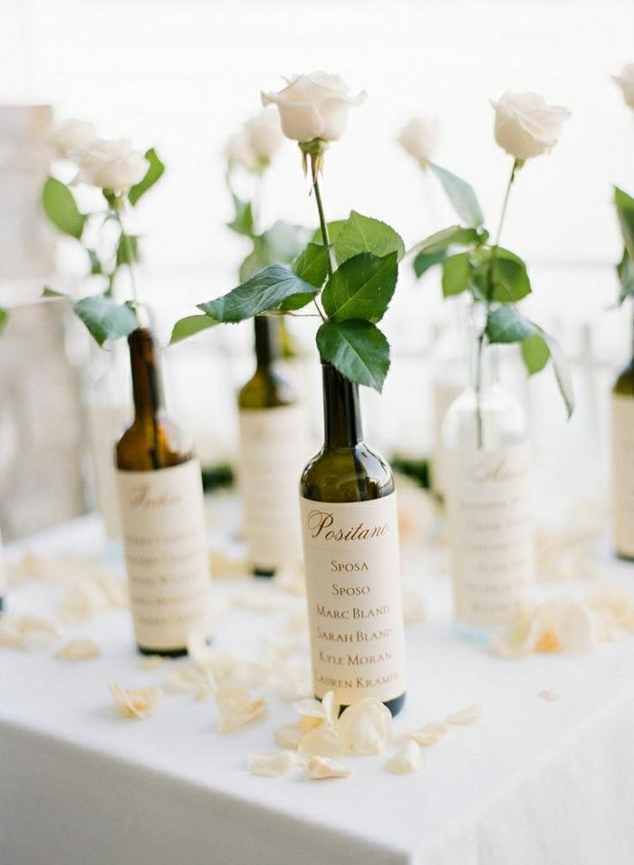 Hochzeit-Tischdekoration-weiße-Rosen-personalisierte-Flaschenetiketten-Weinflaschen