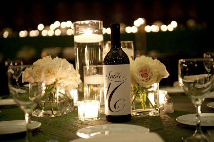 Hochzeit-Tischdekoration-wunderschöne-Gestaltung-Weinflaschen-personalisierte-Flaschenetiketten