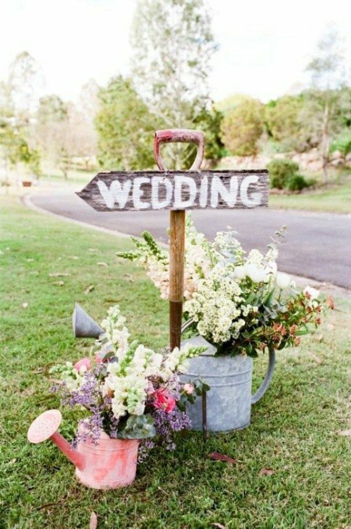 Hochzeitsdekoration-Landhausstil-Spaten-Gießkannen-Blumen