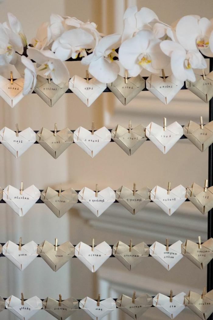 Hochzeitsdekoration-rustikaler-Stil-Namen-Herzen-Wäschklammer-Orchideen-Dekoration-Landhausstil