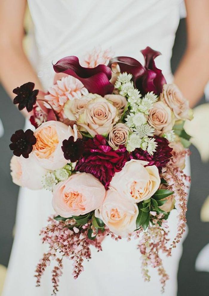 Hochzeitsstrauß-romantische-Zusammensetzung-rosa-Rosen-dunklere-Akzente